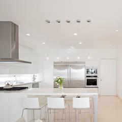 置入式廚房 by GLR Arquitectos
