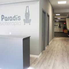 Clínica 'Paradís Fisioterapia': Clínicas de estilo  de P&P arquitectos
