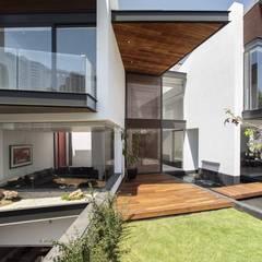 Entrada a la Casa con Deck Natural: Villas de estilo  por Global Woods