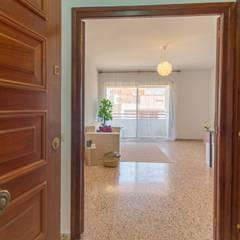 Koridor & Tangga Gaya Mediteran Oleh Home Staging Tarragona - Deco Interior Mediteran