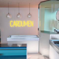 Cardumen Fishería: Espacios comerciales de estilo  por GR arte & diseño