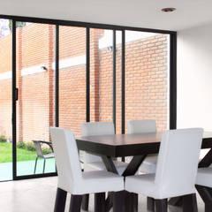 Comedor y Ventanal - RESIDENCIA YK3: Comedores de estilo minimalista por Molcajete Arquitectura Interiores Diseño