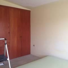 Sala de TV - RESIDENCIA YK2: Recámaras de estilo ecléctico por Molcajete Arquitectura Interiores Diseño