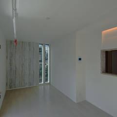 デザインを強調した賃貸の室内: 滝沢設計合同会社が手掛けた壁です。