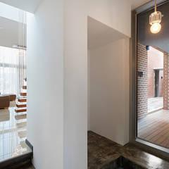 Public&Private House (가칭: Mophol House): 건축사사무소 카안 |Architect firm KAAN의  복도 & 현관