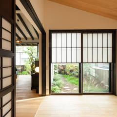 Salas de entretenimiento de estilo  por 森村厚建築設計事務所, Asiático Madera Acabado en madera