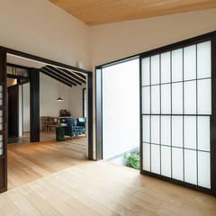 Salas multimedia de estilo  por 森村厚建築設計事務所