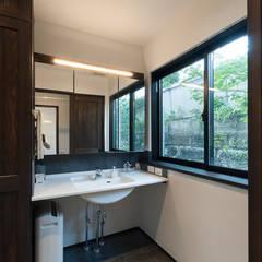 アレルギーを持つ子供が暮らす無垢材和モダン住宅/美しい空気の家: 森村厚建築設計事務所が手掛けた浴室です。