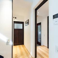 Corridor & hallway by 森村厚建築設計事務所