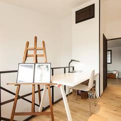アレルギーを持つ子供が暮らす無垢材和モダン住宅/美しい空気の家: 森村厚建築設計事務所が手掛けた寝室です。