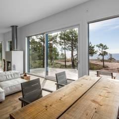 Sommer Haus an der Ostsee: moderne Wohnzimmer von Paul Marie Creation