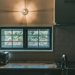MURE HOUSE: 株式会社シーンデザイン建築設計事務所が手掛けたキッチン収納です。