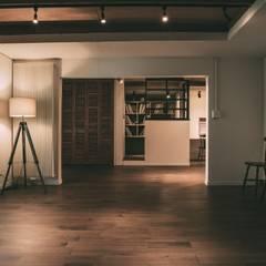 MURE HOUSE: 株式会社シーンデザイン建築設計事務所が手掛けたリビングです。