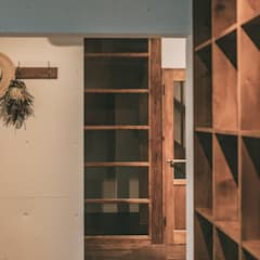 MURE HOUSE: 株式会社シーンデザイン建築設計事務所が手掛けた廊下 & 玄関です。
