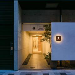 入り口(夜景): 一級建築士事務所 アリアナ建築設計事務所が手掛けたホテルです。