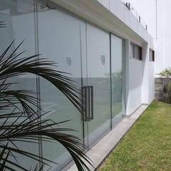 Jardín: Jardines en la fachada de estilo  por  Grupo Arquitectónico