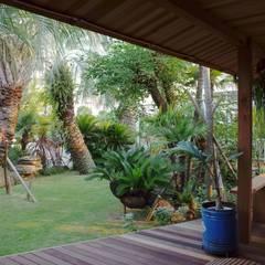 デッキより庭をみる: 株式会社高野設計工房が手掛けた庭です。