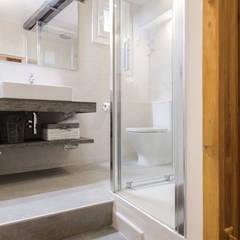 Apartamento en Lavapiés: Baños de estilo  de Casa&Foto