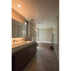 サニタリールーム: 株式会社クレールアーキラボが手掛けた浴室です。