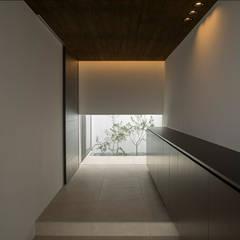 Pasillos y hall de entrada de estilo  por 株式会社クレールアーキラボ