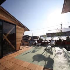 家族を結ぶ空中庭園: 株式会社高野設計工房が手掛けたテラス・ベランダです。,北欧
