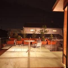 アウトドアリビング 夜景: 株式会社高野設計工房が手掛けたテラス・ベランダです。