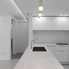 아기자기한 분위기의 싱글녀 하우스 , 동탄 반도유보라 24py: 홍예디자인의  주방,