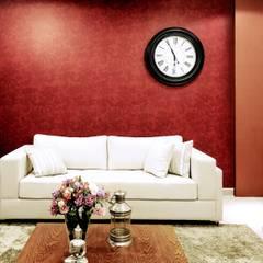 PAPEL DE PAREDE NA COR MARSALA: Salas de estar clássicas por Adriana Scartaris design e interiores