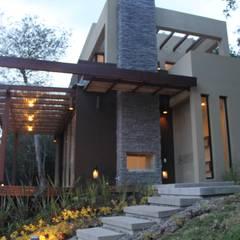 acceso: Casas de estilo  por IngeniARQ Arquitectura + Ingeniería