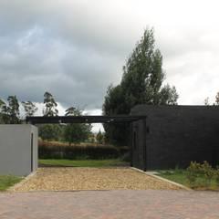CASA CORTES - DUARTE: Garajes de estilo  por IngeniARQ Arquitectura + Ingeniería