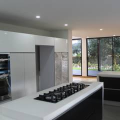 CASA CORTES - DUARTE: Cocinas de estilo  por IngeniARQ Arquitectura + Ingeniería, Moderno