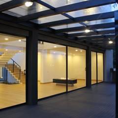 deck + BBQ: Terrazas de estilo  por IngeniARQ Arquitectura + Ingeniería