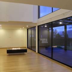 sala + estudio: Salas de estilo  por IngeniARQ Arquitectura + Ingeniería