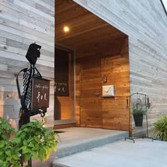 cafe+gallery 青田風: ディアーキテクト設計事務所が手掛けたバー & クラブです。