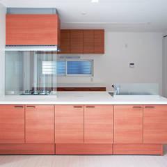 足元がくびれたタイプの高品位なキッチン: 滝沢設計合同会社が手掛けたシステムキッチンです。