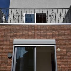 デザイン住宅 神奈川: 滝沢設計合同会社が手掛けたテラス・ベランダです。,クラシック