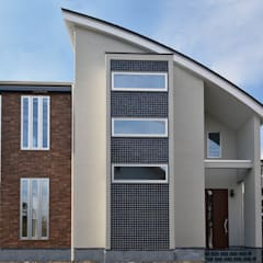 目を引く、カッコいい外観: 滝沢設計合同会社が手掛けた一戸建て住宅です。