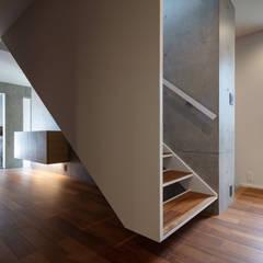尾張の住宅/House in Owari: hm+architects 一級建築士事務所が手掛けた階段です。