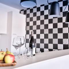 Barra de la cocina: Cocinas de estilo  de Isabel Gomez Interiors
