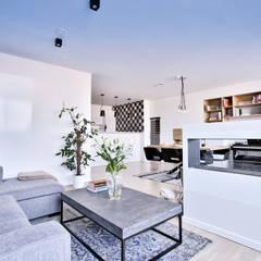Vista salón- comedor -  cocina: Salones de estilo  de Isabel Gomez Interiors