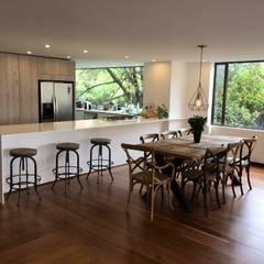 Apto. Cabrera Bogotá: Armarios de cocinas de estilo  por am Arquitectos