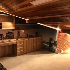 Forro de madeira, inclinação do telhado, Iluminação embutida: Escritórios  por camila shiraiva . ARQUITETA E URBANISTA