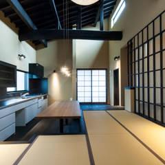 大きな提灯が下がる畳敷きのリビングのある住宅/提灯: 森村厚建築設計事務所が手掛けたダイニングです。