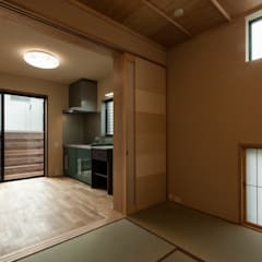 Salas multimedia de estilo asiático por 森村厚建築設計事務所