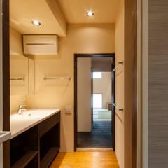 大きな提灯が下がる畳敷きのリビングのある住宅/提灯: 森村厚建築設計事務所が手掛けた浴室です。