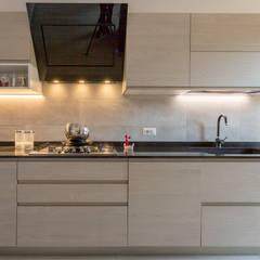 Ristrutturazione cucina Milano: Cucina attrezzata in stile  di Ristrutturazione Case