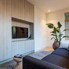 Ontwerp fris en eigentijds interieur:  Woonkamer door Bob Romijnders Architectuur & Interieur