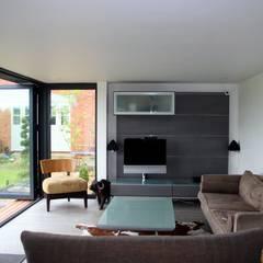 Cedar Clad Garden Room:  Office buildings by apodo designs