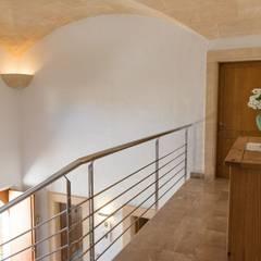 pasillo primera planta: Pasillos y vestíbulos de estilo  de Diego Cuttone - Arquitecto
