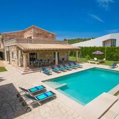 Vista de la villa y la piscina: Casas de estilo  de Diego Cuttone - Arquitecto